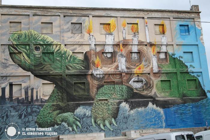 Mural de la tartuga en el antiguo hotel Turritania, obra del artista Ericailcane
