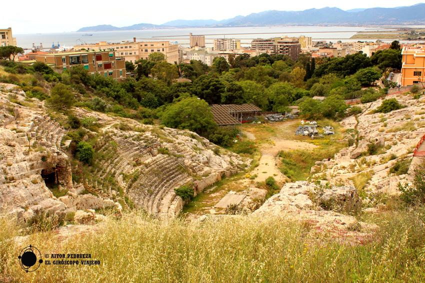 Vista del anfiteatro romano con el golfo de Cagliari al fondo