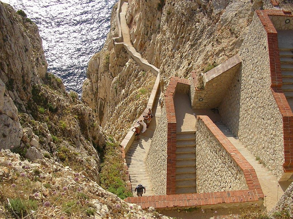 Escalera del Cabirol que desciende hasta la entrada de la Gruta de Neptuno